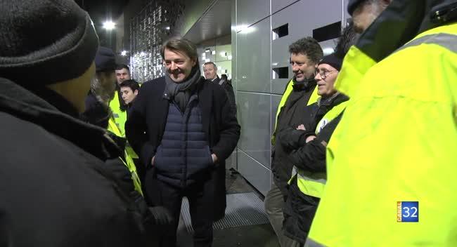 Canal 32 - François Baroin au contact de Gilets jaunes avant la cérémonie des voeux de TCM