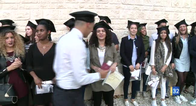 Canal 32 - Instant étudiant : une cérémonie à l'américaine pour la remise de diplômes