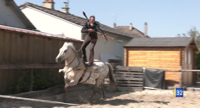 Canal 32 - Lasso, fouet, tir à l'arc, un cavalier cascadeur organise un 'stage Western' !