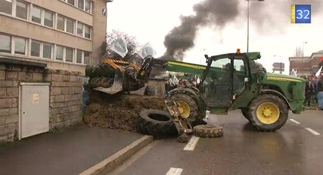 Canal 32 - Les agriculteurs aubois déversent leur colère