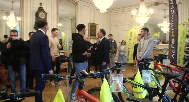 Canal 32 - Les étudiants vainqueurs du raid urbain des Clés de Troyes reçoivent des VTT