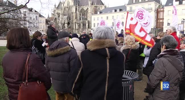 Canal 32 - Troyes : les retraités manifestent en déposant des cadeaux devant la Préfecture