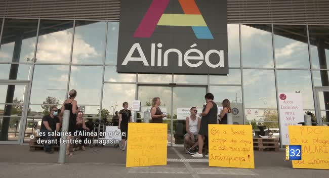 Canal 32 - Les salariés de l'enseigne Alinéa manifestent devant l'entrée du magasin