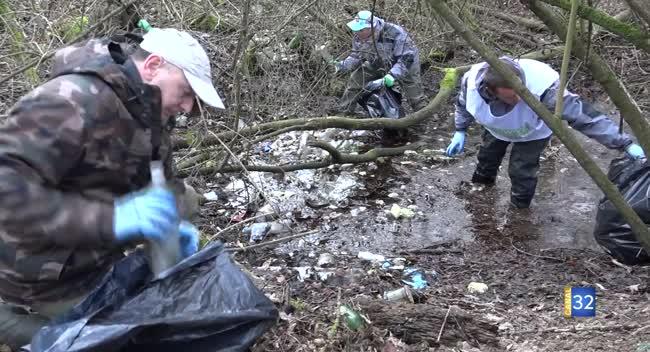 Canal 32 - Verrières : une opération de nettoyage des bords de Seine par les pêcheurs