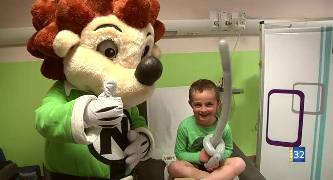 Canal 32 - Niglo rend visite aux enfants malades à l'hôpital de Troyes