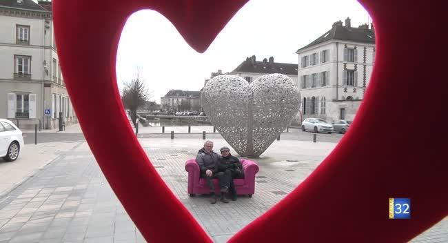 Canal 32 - Saint-Valentin : les passants révèlent leur amour devant le coeur de Troyes