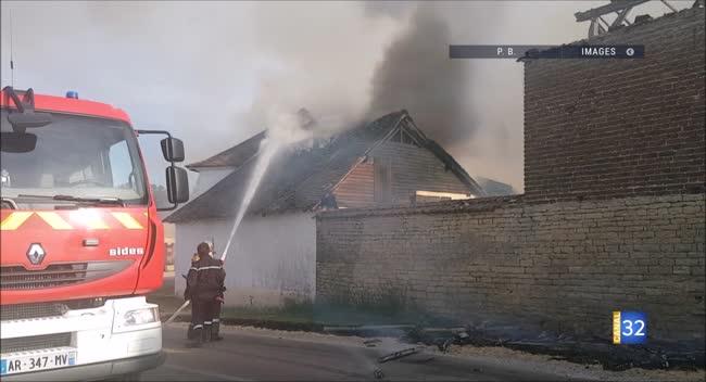 Canal 32 - Un incendie détruit un corps de ferme à Mathaux