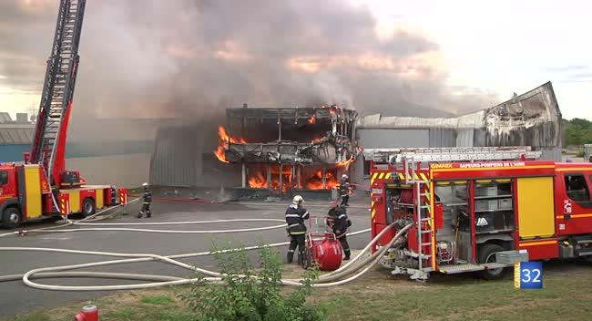 Canal 32 - Un incendie ravage le magasin Mobilier de France à Saint-Parres-aux-Tertres. Vidéo et Interviews.