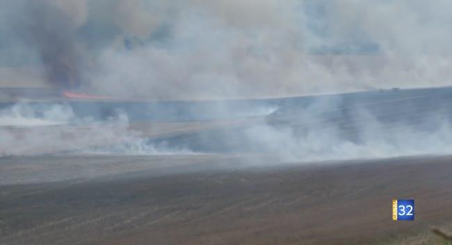 Canal 32 - Incendie de parcelles : un panache de fumée visible depuis l'agglomération
