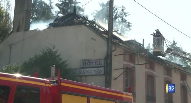 Canal 32 - L'ancien hôtel-restaurant Le Barséquanais part en fumée. VIDEO