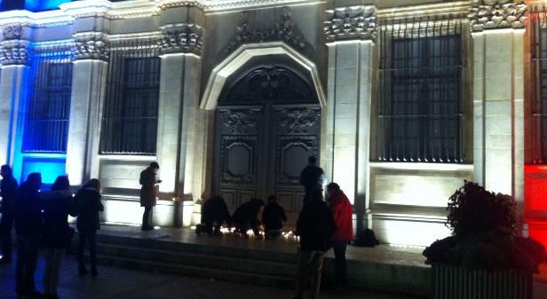 Emission Attentats : des bougies devant l'Hôtel de Ville à Troyes